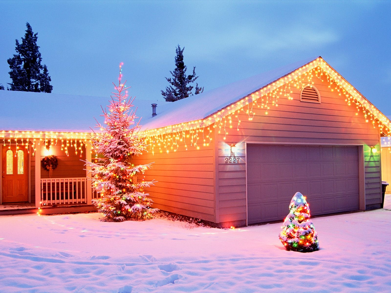 1600x1200 christmas house decorations desktop pc and mac for Christmas house decorations