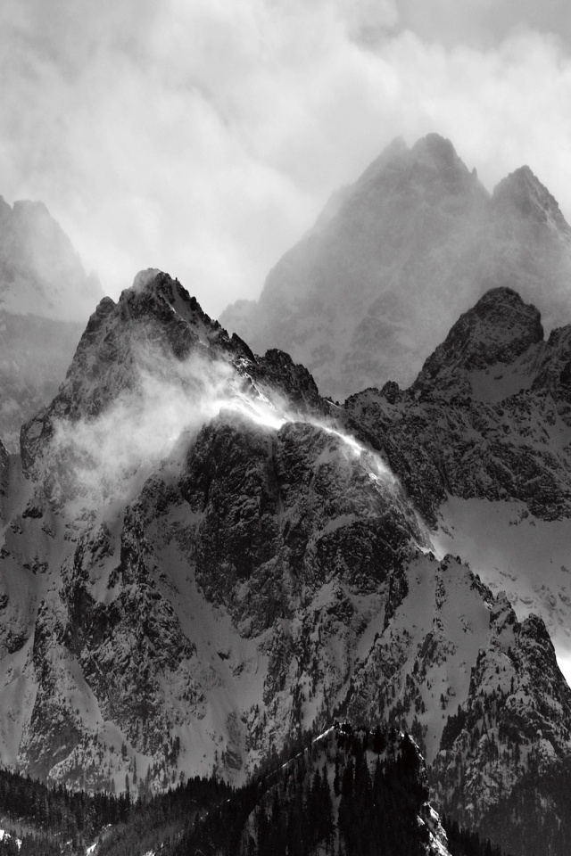 640x960 Misty Mountains Iphone 4 Wallpaper