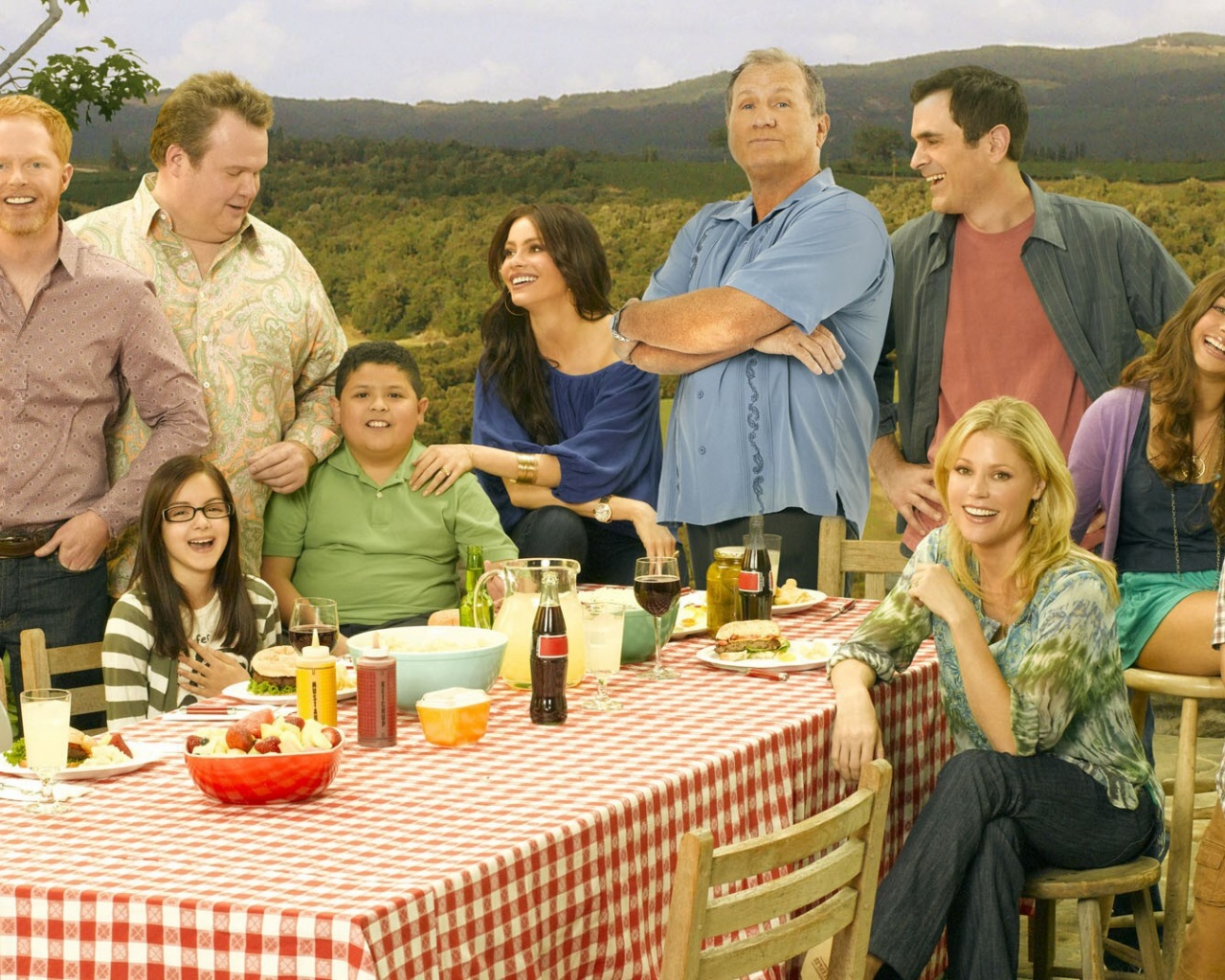1280x1024 modern family cast desktop pc and mac wallpaper for Modern family wallpaper