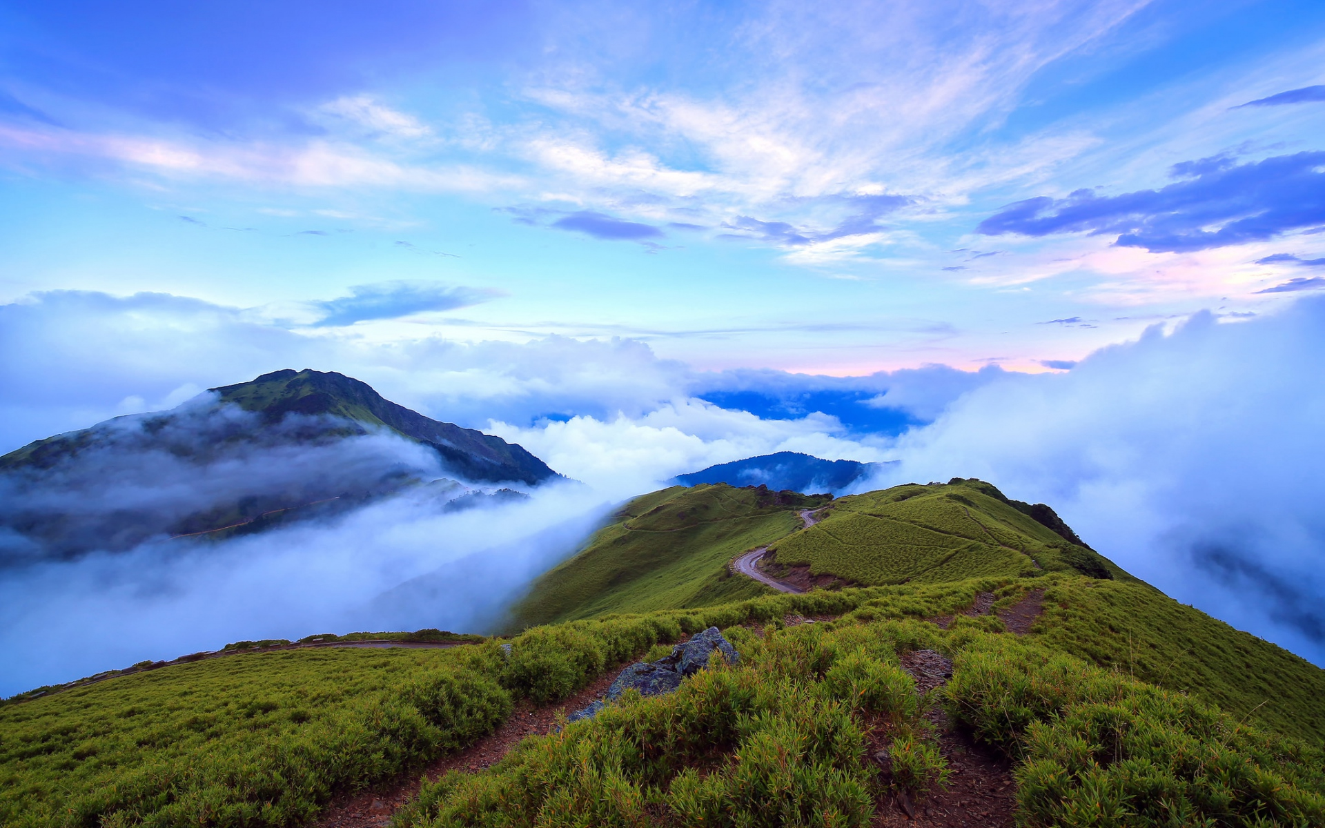 Nice mountain top clouds foggy wallpapers nice mountain for Home wallpaper view