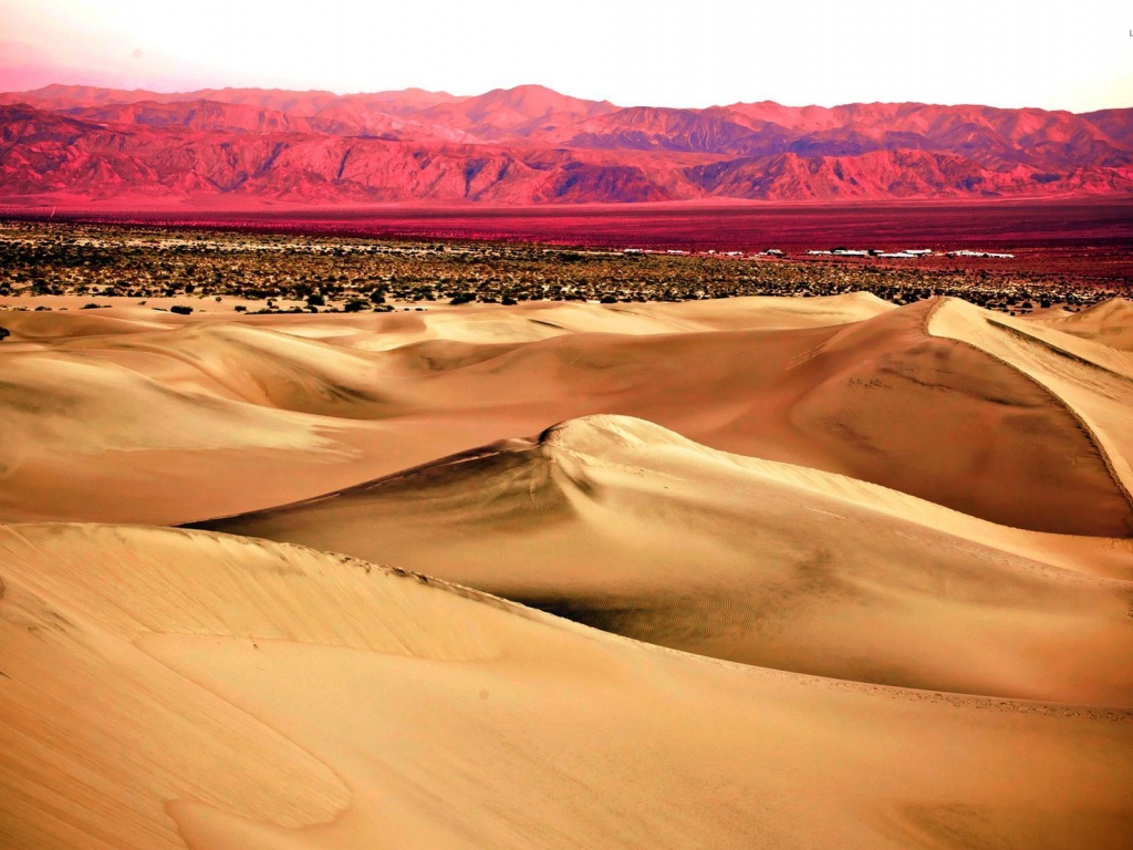 1024x768 Pink Mountains & Desert