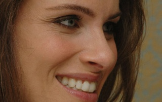Amanda Peet sonriente 2 wallpapers and stock photos
