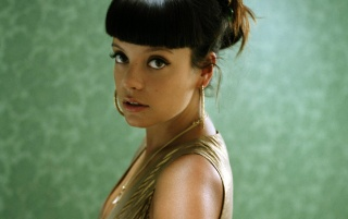 Lily Allen vestido de oro 2 wallpapers and stock photos