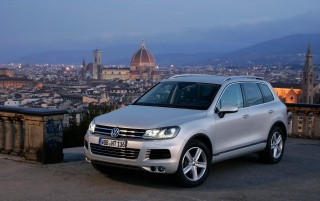 Neuer VW Touareg VR6 Front Side wallpapers and stock photos