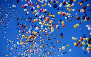 Bunte Ballone auf Blue Sky wallpapers and stock photos
