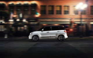 2014 Fiat 500L Motion-Side Nacht wallpapers and stock photos