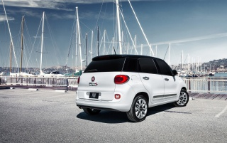 2014 Fiat 500L Rear Side Angle Static wallpapers and stock photos