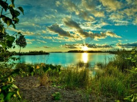Nubes de Sun Lake Shore Grass wallpapers and stock photos