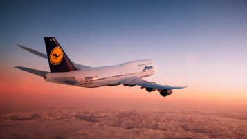 Lufthansa Boeing 747-8I en Sunset wallpapers and stock photos
