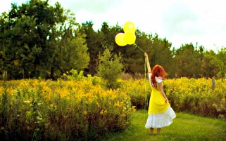 Frau gelbe Luftballons & Natur wallpapers and stock photos