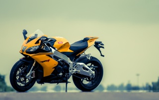 Aprilia RSV4 gelbes Motorrad wallpapers and stock photos