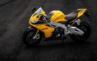Aprilia RSV4 galben Motociclete wallpapers and stock photos