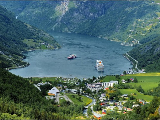 Impresionante fiordo de Geiranger wallpapers and stock photos