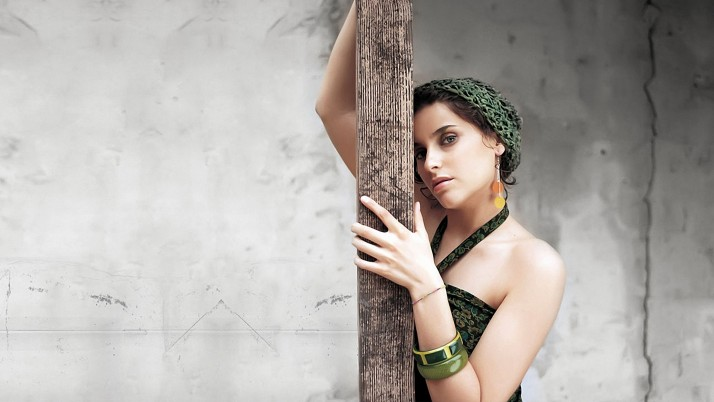 Nelly Furtado Ropa de las manos wallpapers and stock photos