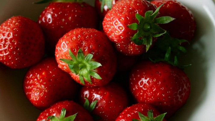Strawberries Ripe wallpapers and stock photos