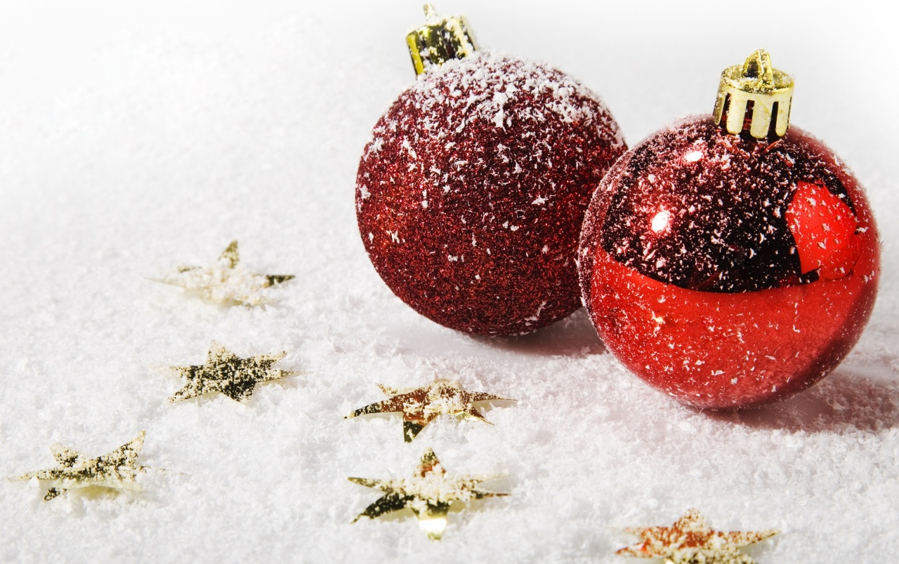 Red Christmas Ornaments wallpapers