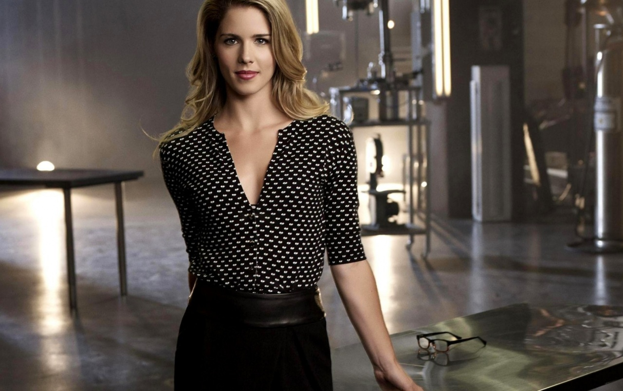 Emily Bett Rickards in Arrow wallpapers