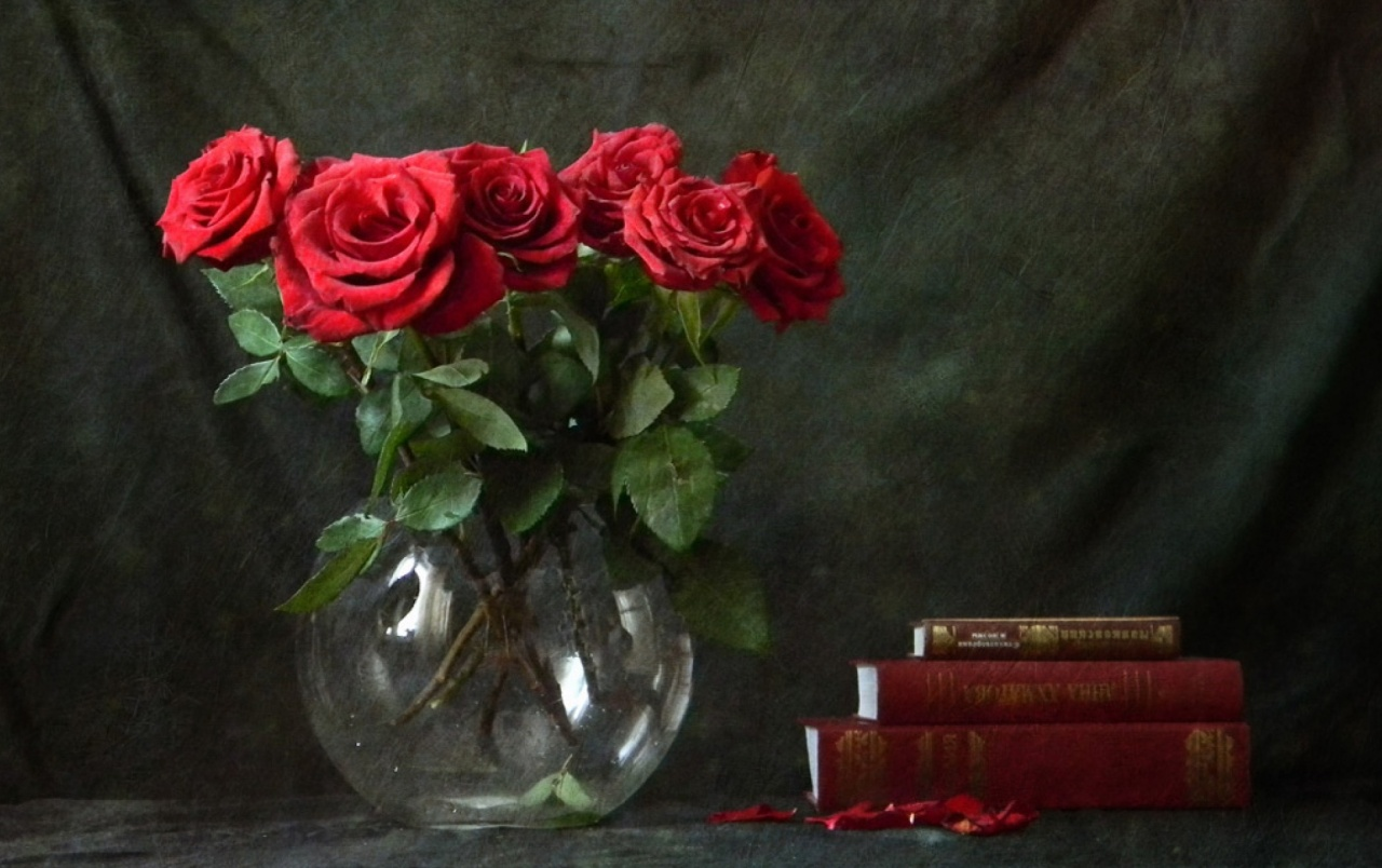 Red Roses & Books wallpapers