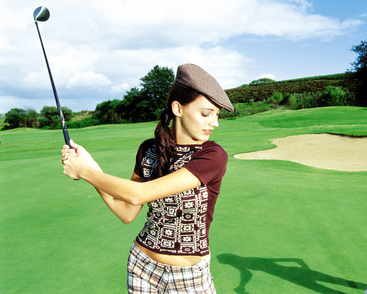 1280x1024 Woman playing golf